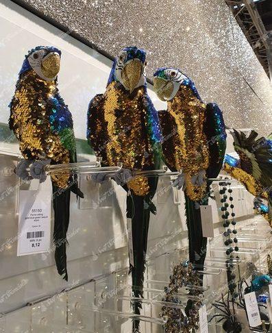 Modro zlatý papagáj ako vianočná dekorácia na stromček
