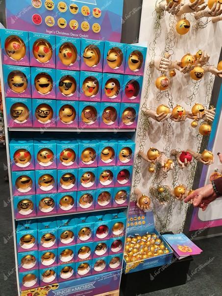 Smajlikové gule ako vianočná ozdoba na stromček pre fanúšikov socialných sieti