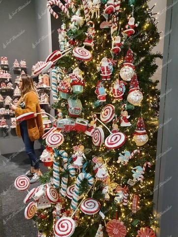 Vianočné ozdoby na stromček v tvare lízaniek ovešané a pozapichované do vianočného stromčeka
