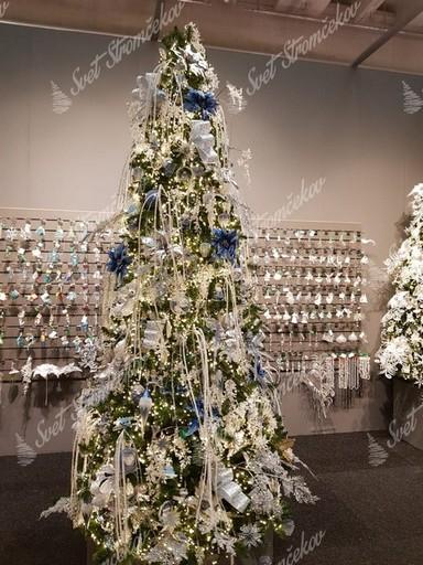 Vianočné ozdoby na stromček, kvety, organzy a vločky v pastelovo modrej farbe