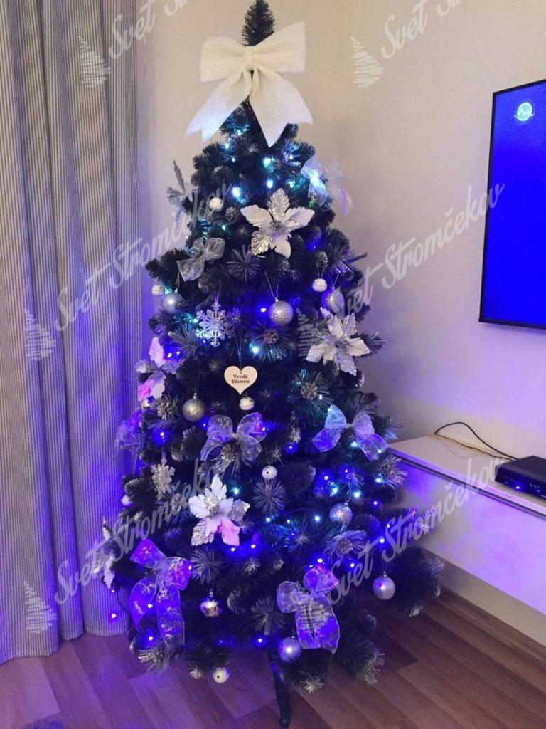 ozdobený umelý vianočný stromček Borovica Strieborná