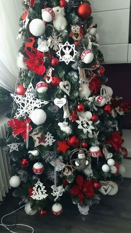 Aj v takomto duchu sa môžu niesť umelé vianočné stromčeky. Zvoľte  netradičné podlhovasté svetielka. Vianočné ozdoby nemusí byť len ... 59c0d70124c