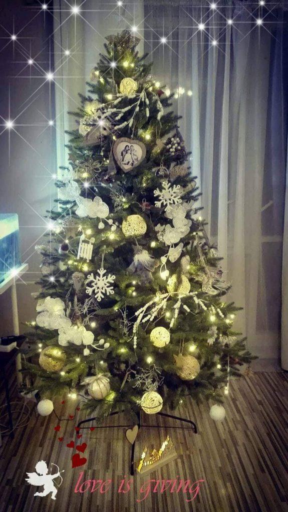 vyzdobený umelý vianočný stromček