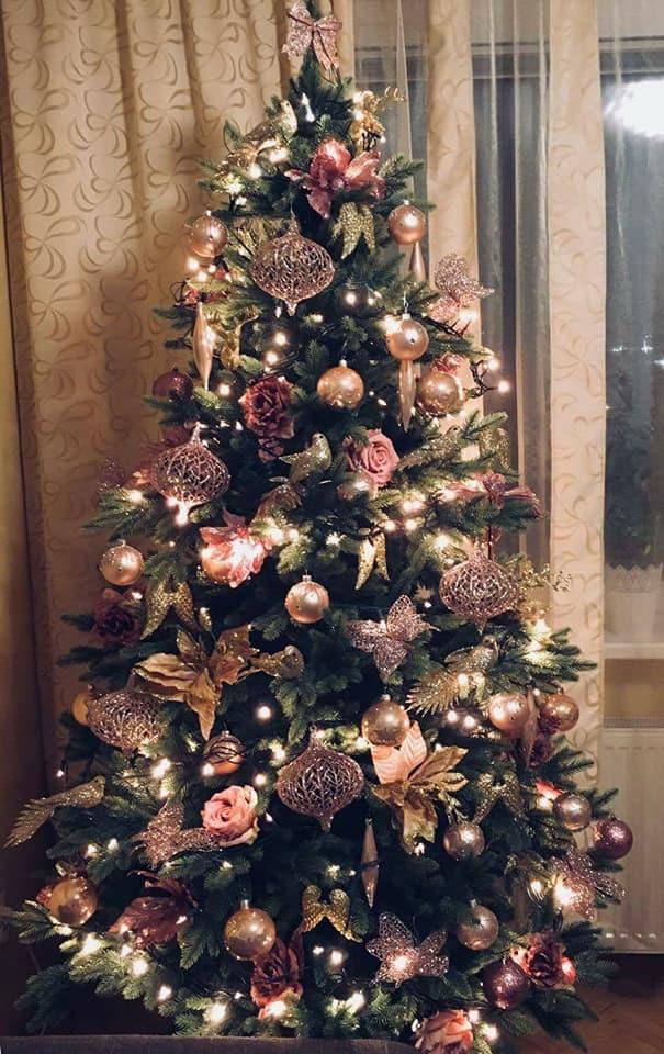 ozdobený umělý vánoční stromek 3