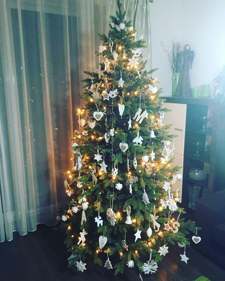 ozdobený umělý vánoční stromek 1