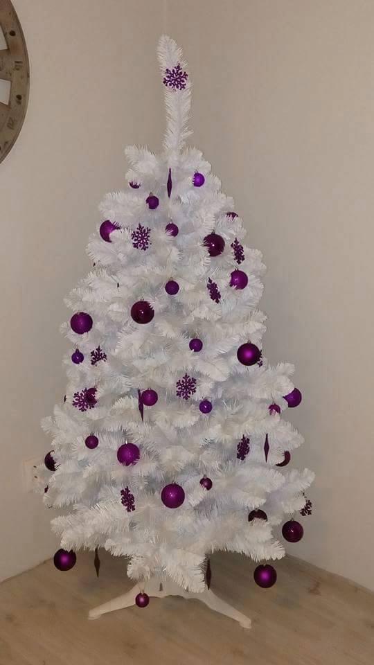 75953cdb9 Zohnať sa našťastie dajú vianočné stromčeky biele. Vyzerajú ako zasnežené.  Tu už nemusíte toho veľa vymýšľať, stačí si nakúpiť v jednom odtieni, ...