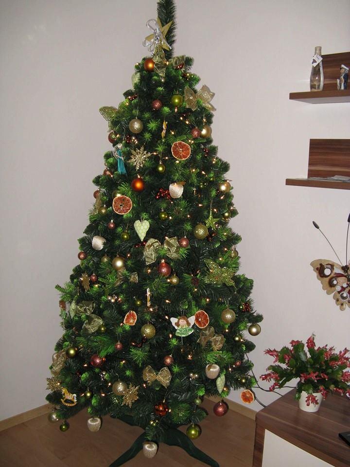 U takého druhu stromčeka môžete zvoliť prírodné dekorácie 8f7334c6e8f