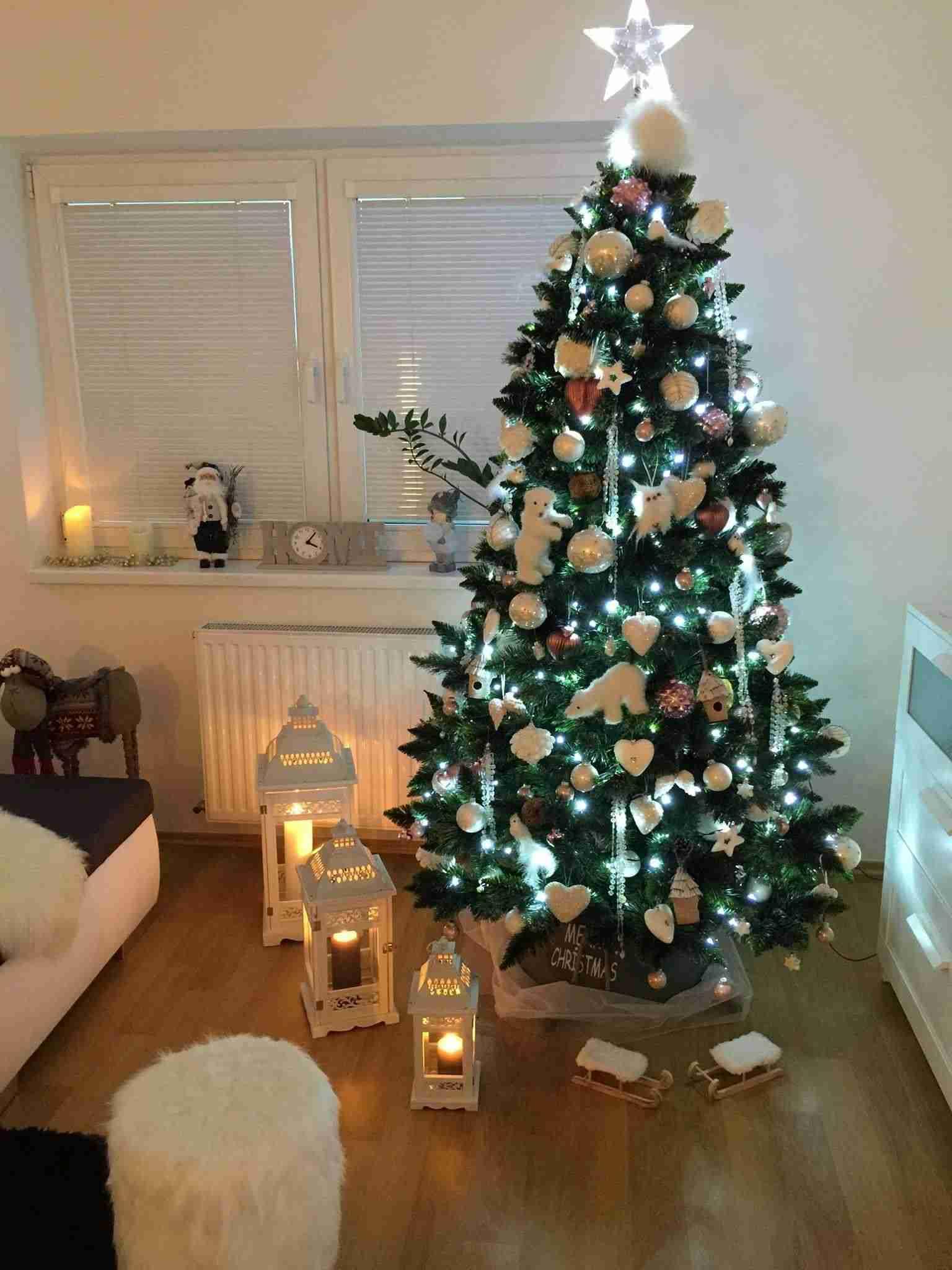db8e3e1bd Ako ozdoby na vianočný stromček zvoľte biele ľadové medvede, banky,  srdiečka a hviezdy. Keďže osvetlenie je v ľadovej bielej farbe, stačí  dekorácie ladiť ...