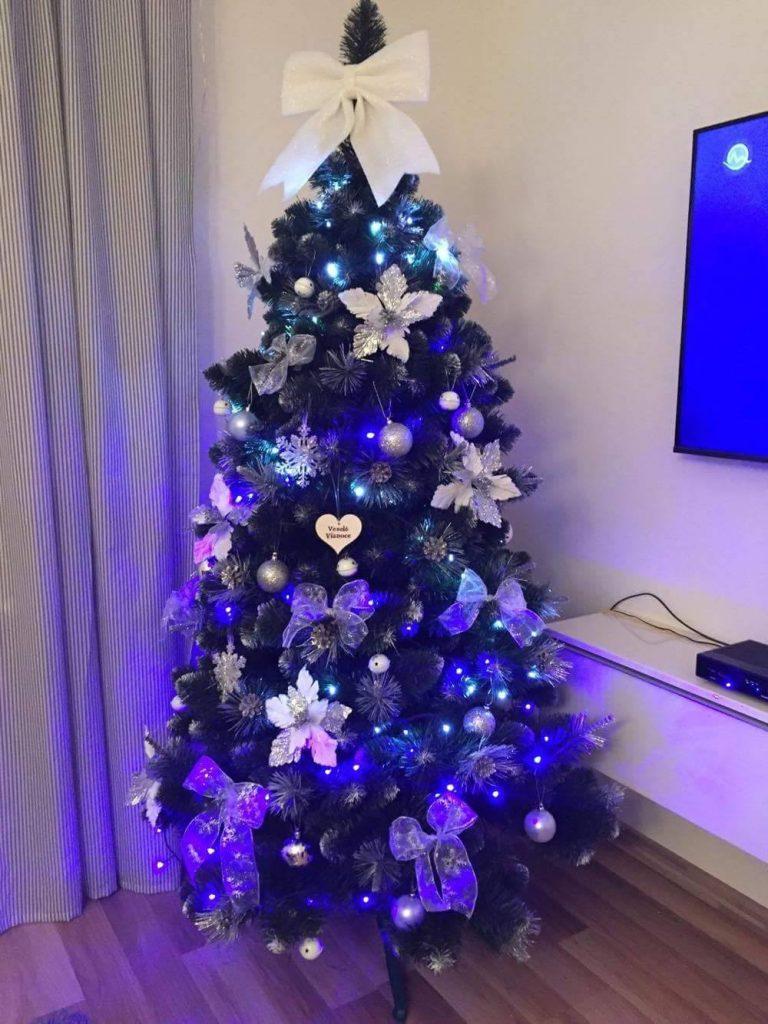 ozdobený umělý vánoční stromek 6