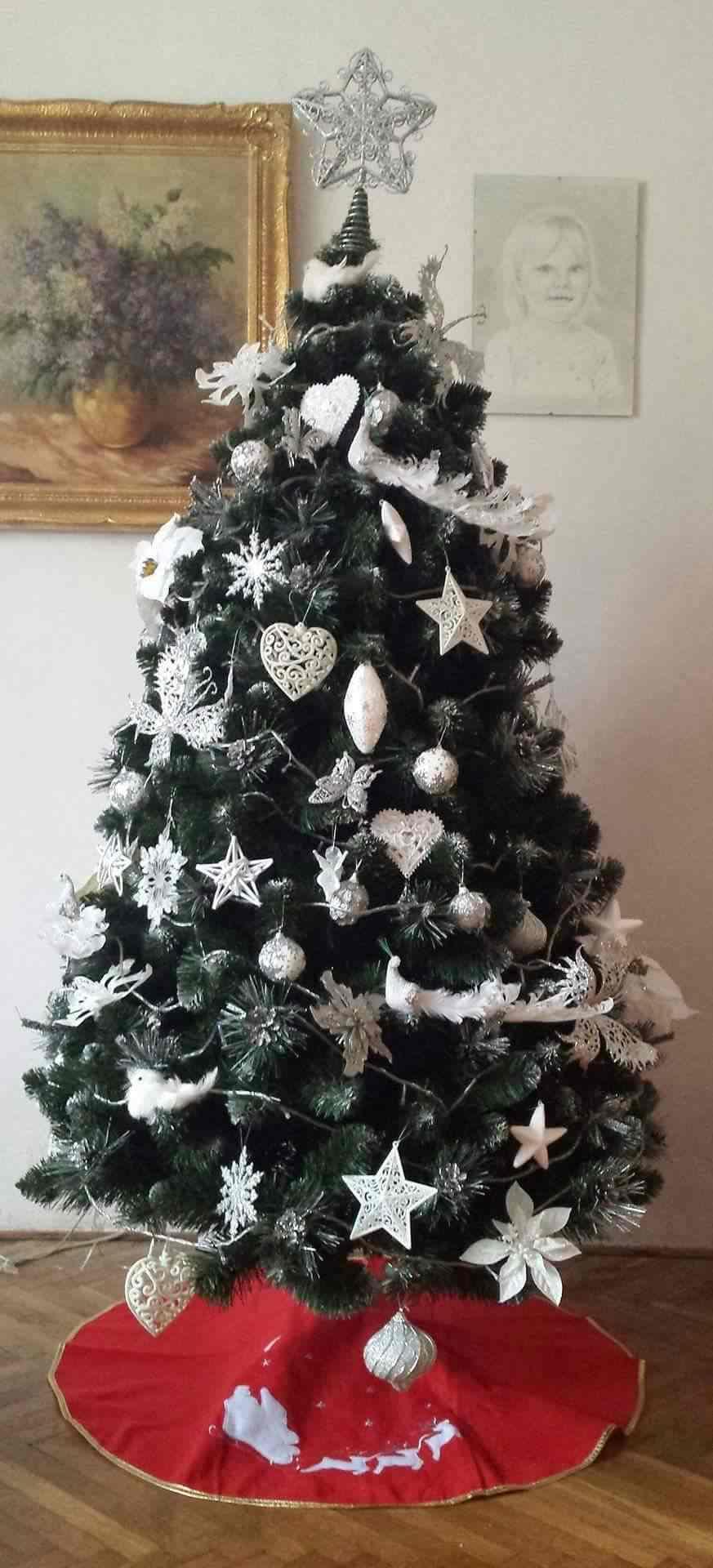 9a93e7b3e Ozdoby na vianočný stromček môžu byť zladené iba do jednej farby. Populárna  je tohtoročnú sezónu biela, ktorá je nenápadná, ale pritom nevšedná.