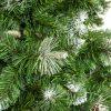Detail vetvičiek umelého vianočného stromčeka borovica Strieborná . Zelené vetvičky na kočekoch sfarbené do biela. V strede a na pravej strane obrázka sa nachádza strieborný výčnelok.