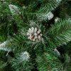Detailná fotka umelého vianočného stromčeka Borovica Strieborná s kryštálikmi ľadu. Vetvičky majú špicatý tvar a sú zafarbené do biela . V strede fotky je do strieborná zafarbená borovicová šiška.