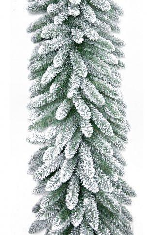 Klasická zelená girlanda pokrytá bielym umelým snehom .
