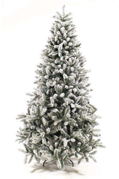 Klasický umelý vianočný stromček kompletne zasnežený umelým snehom. Stromček je postavený na kovovom stojane.