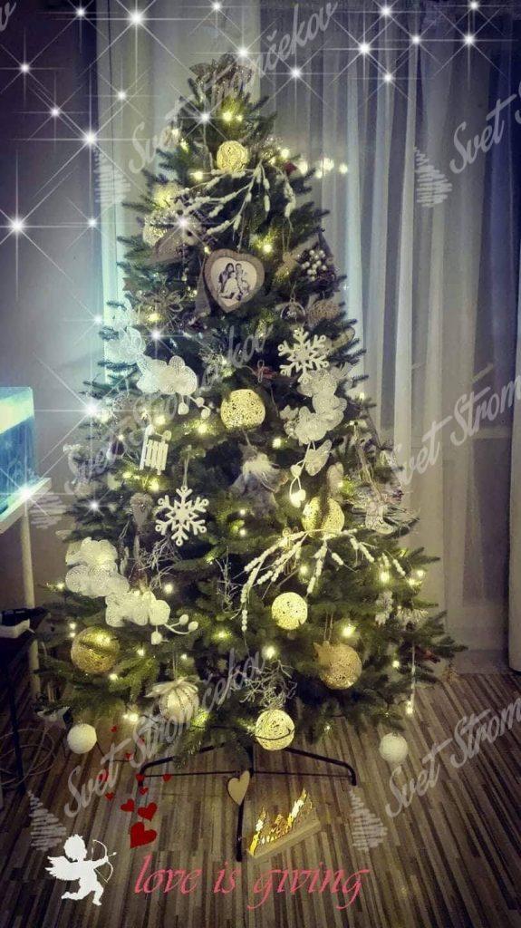 Ozdobený umelý vianočný 3D stromček Smrek Alpský 180cm do biela so sveteľnými guľami.