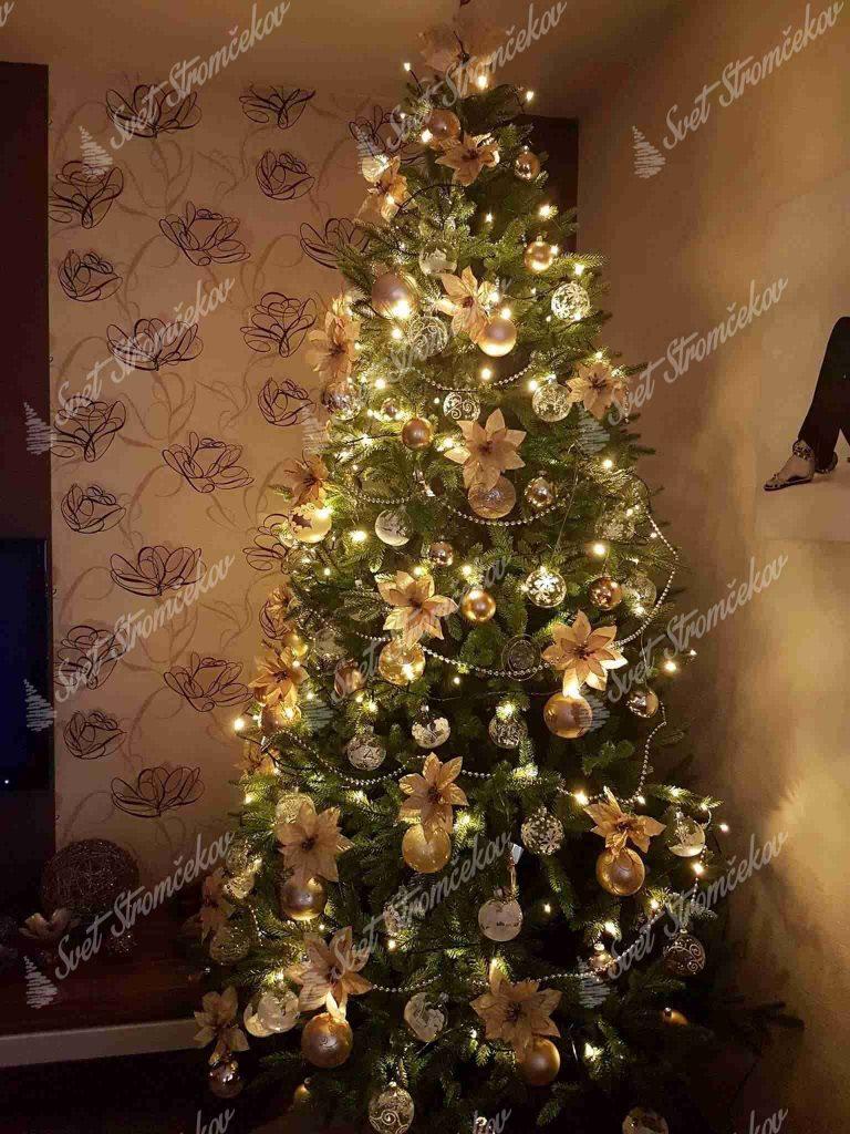 Ozdobený umelý vianočný 3D stromček Smrek Alpský 240cm zlatými kvetmi a guľami .