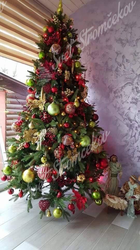 Ozdobený umelý vianočný 3D stromček Smrek Alpský 240cm zlatými a červenými guľami.