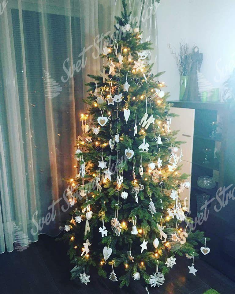 Ozdobený umelý vianočný stromček 3D Smrek Taliansky bielymi ozdobami.