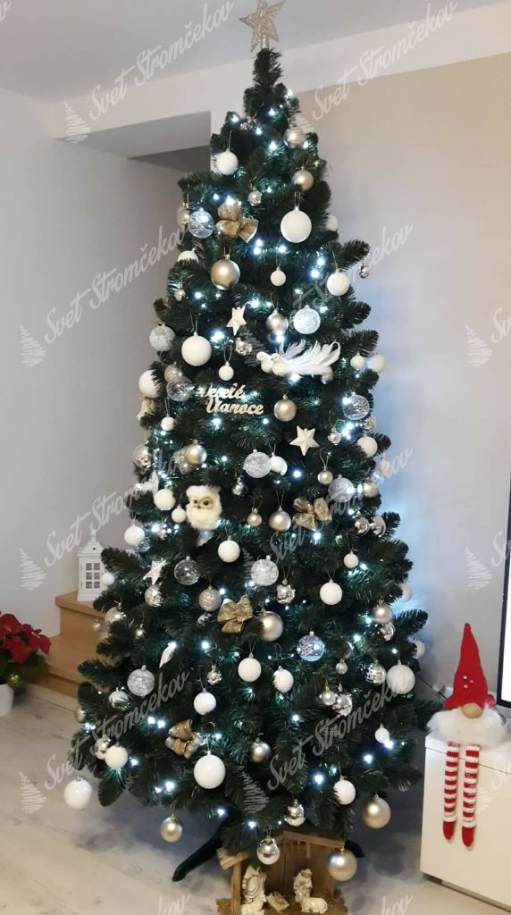 Ozdobený umelý vianočný stromček Borovica prírodná 250cm do bielo striebornej farby.