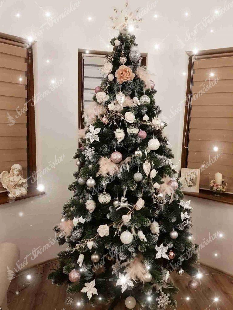 ozdobený umelý vianočný stromček Borovica Strieborná s kryštáľmi ladu bielými ozdobami .