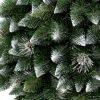 Detailná fotka vetvičiek umelého vianočného stromčeka Borovica Strieborná . Vetvičky majú špicatý vzhľad a na končekoch sú zafarbené do biela. Medzi husto naskladanými vetvičkami sa nachádzajú strieborné šišky.