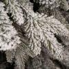 Detail vetvičiek bielého zasneženého vianočného stromčeka