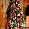 3D stromček ozdobený červenými a bielými mašlami doplnenými o tematické vianočné ozdoby.
