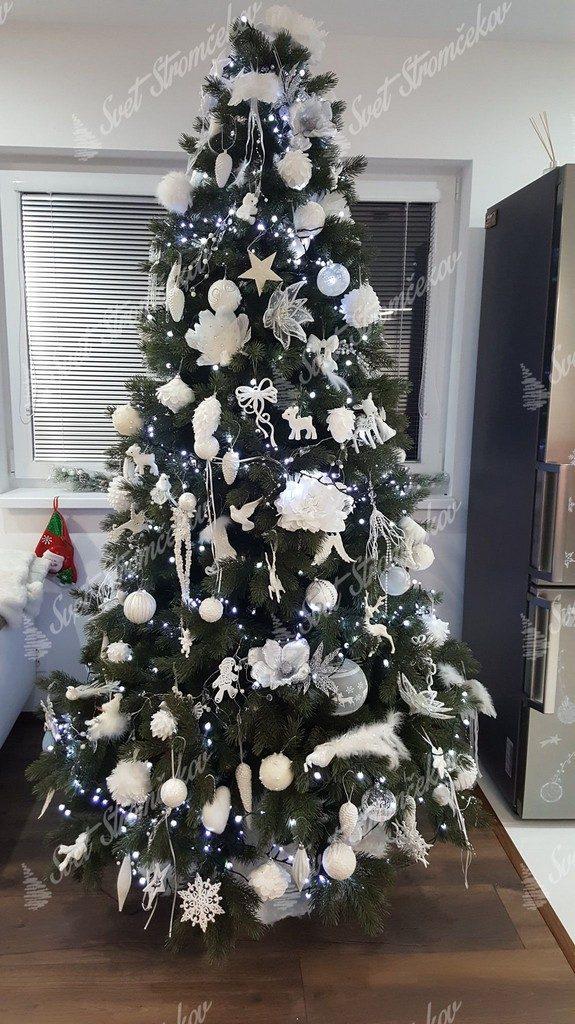 3D stromček ozdobený bielými vianočnými ozdobami