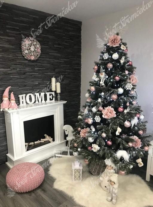 Krásna fotka zasneženého vianočného 3D stromčeka ozdobeného ružovkastými ozdobami.