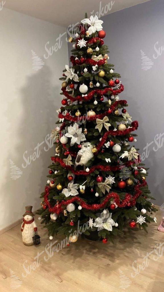 Krásne ozdobený vianočný 3D stromček červenými a zlatými guľami a bdelými kvetmi .