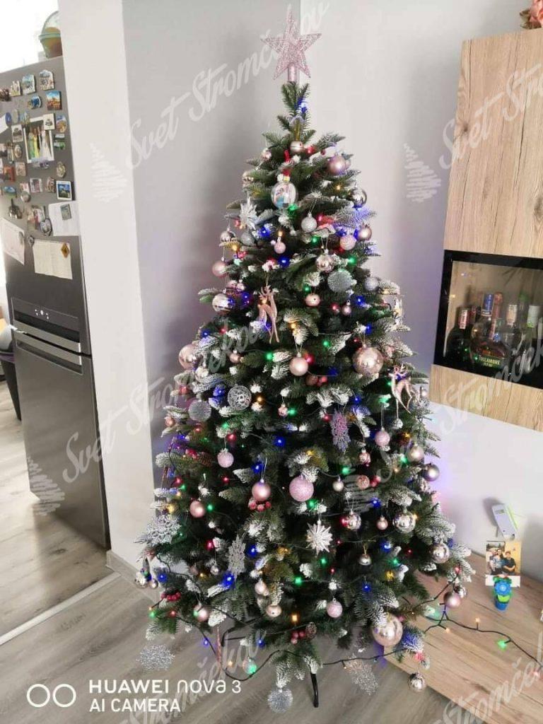Krásne ozdobený zasnežený vianočný stromček 3D