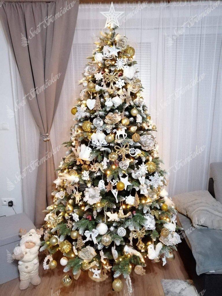 Krásne ozdobený zasnežený vianočný stromček 3D s bielými vianočnými ozdobami.