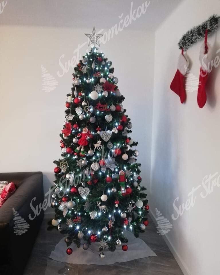 Ozdobený vianočný stromček Borovica Prírodná 220cm červenými a striebornými ozdobami a guľami .