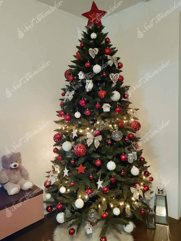 Ozdobený vianočný stromček 250cm červenými a bielými ozdobami .