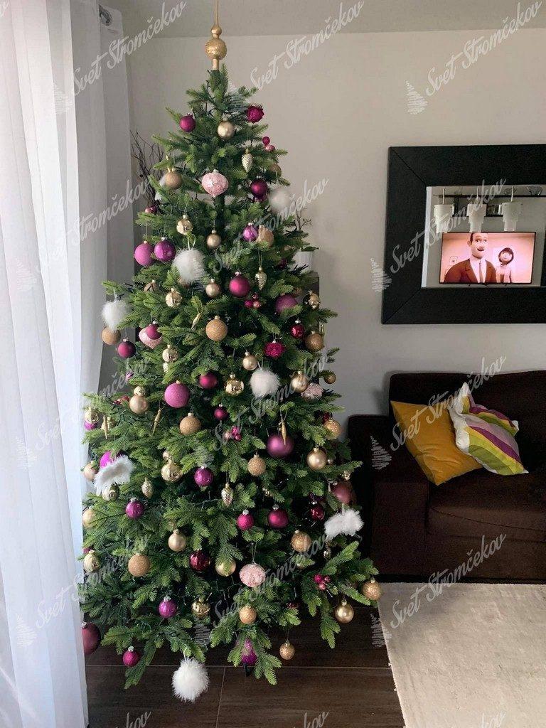 3D stromček ozdobený ružovými a zlatými guľami