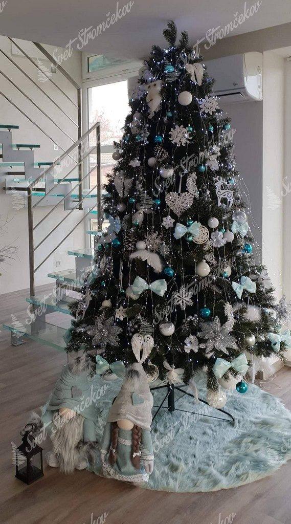 Zasnežený stromček 3D ozdobený bielými vianočnými ozdobami .