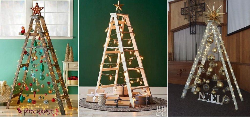 Na obrázku sú 3 drevené rebríky ozdobené vianočnými ozdobami , guľami a svetielkami na stromček