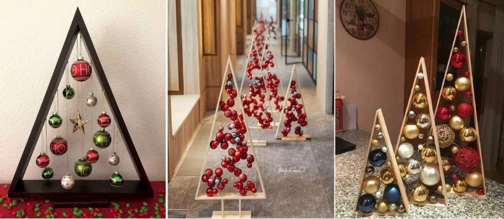 Na obrázku je vidieť 3 rôzne variacie ozdobeného dreveného trojuholníka ozdobenými vianočnými guľami. Vianočné gule sú zavesené na nitkách z vnútornej strany trojuholníka .