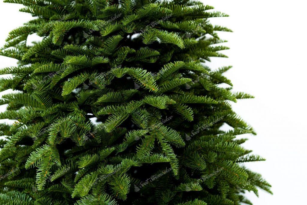 Fotka hustého vianočného stromčeka a jeho 100% 3D ihličia. Vetvičky reálne napodobňujúce Jedľu Kaukazskú.
