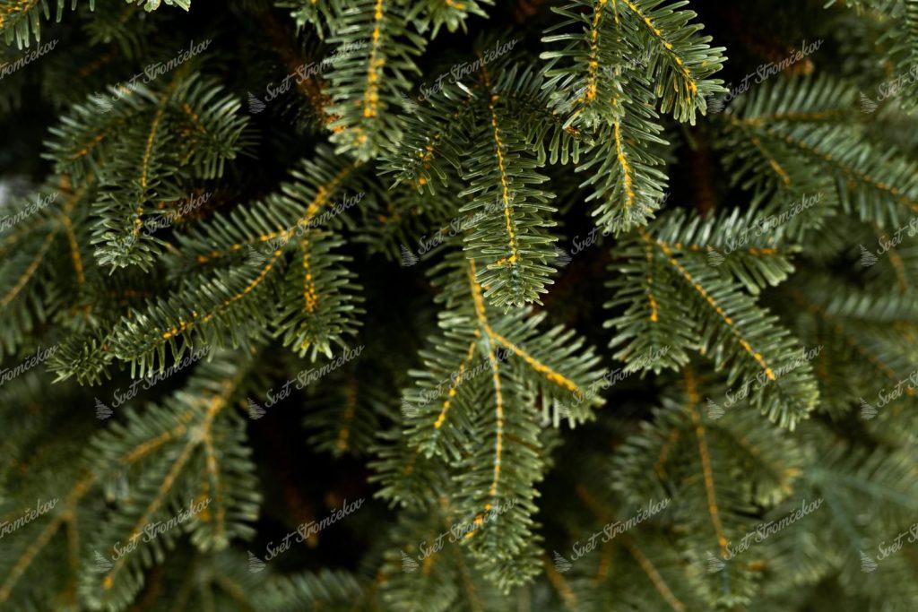 Detailná fotka 3D ihličia vianočného 3D stromčeka.