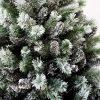 Detailná fotka zasnežených bielo zelených vetvičiek umelého vianočného stromčeka Borovica Biela.