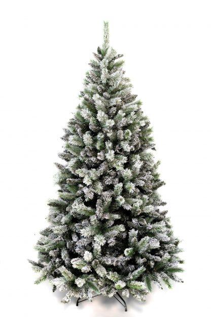 Vianočný stromček pokrytý bielou snehovou pokrývkou. Stromček stojí na kovovom stojane.
