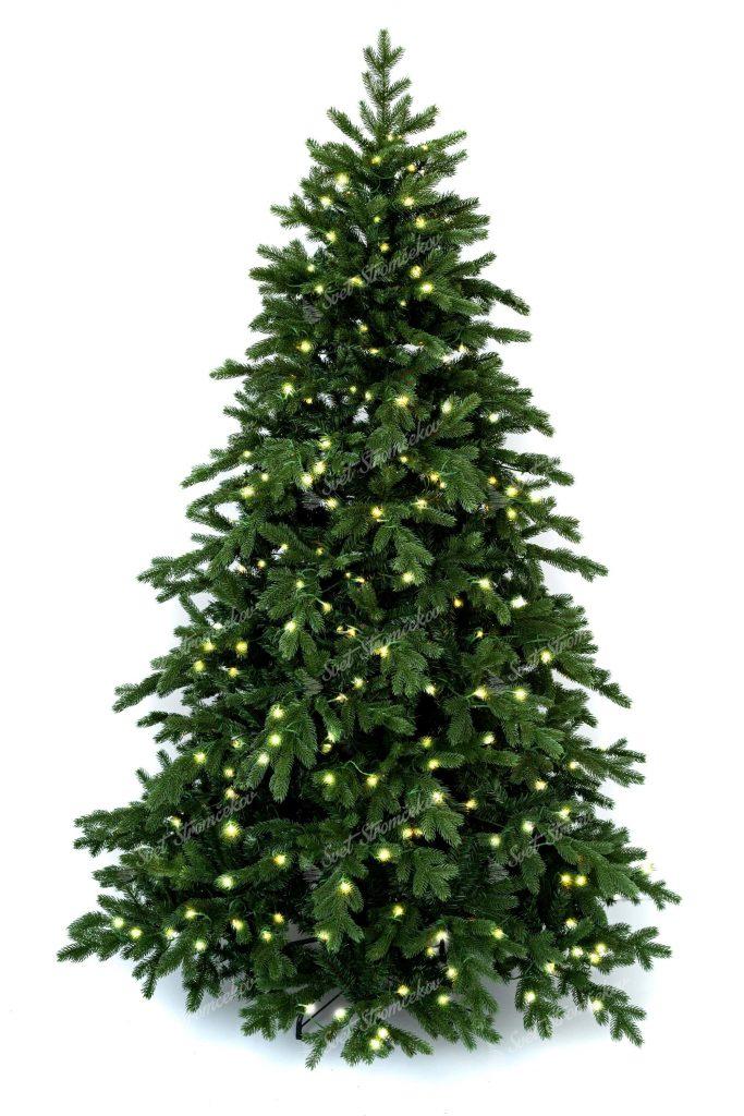 3D vianočný stromček tmavšej zelenej farby. Celý obvod stromčeka je tvorený 3D vetvičkami a vianočným LED osvetlením svietiace teplou bielou farbou.