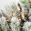 Detailná fotka bieleho vianočného ihličia s LED osvetlením teplej bielej farby.