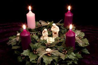 Adventný veniec so soškami Panny Márie, Jozefa a Ježiška