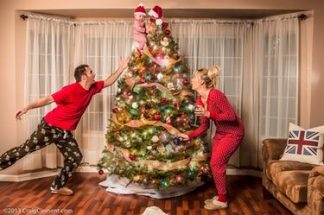 Rodina pri ozdobovaní vianočného stromčeka.