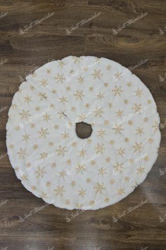Biely koberec pod stromček so zlatými vločkami. Koberec je okrúhleho tvaru, bielej farby a na sebe má vločky zlatej farby z flitrov.