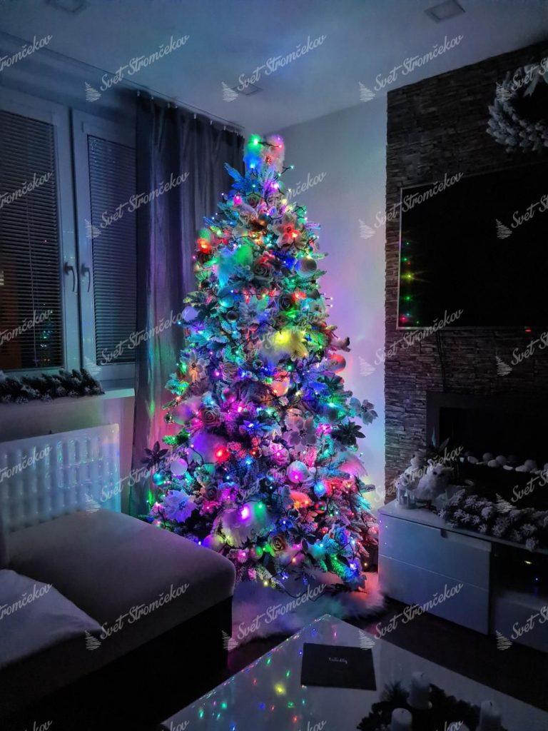 Osvetlenie na stromček farebné, twinkly strings multicolor. Má širokú škálu farieb, ktoré sa dajú medzi sebou prepínať.