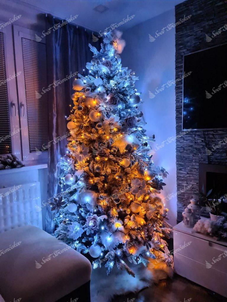Osvetlenie na stromček zlaté, twinkly strings gold edition. Svieti v odtieňoch bielej a zlatej, ktoré sa medzi sebou dajú prepínať.